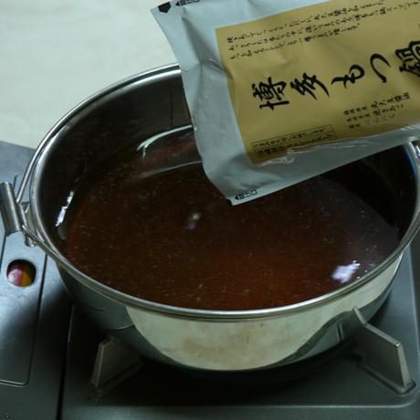 もつ鍋スープ投入
